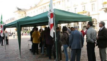 Elettori in fila ai gazebo delle primarie PD