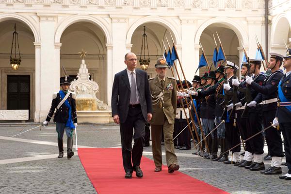 Palazzo Chigi - Il Presidente del Consiglio Enrico Letta passa in rassegna il reparto d'onore